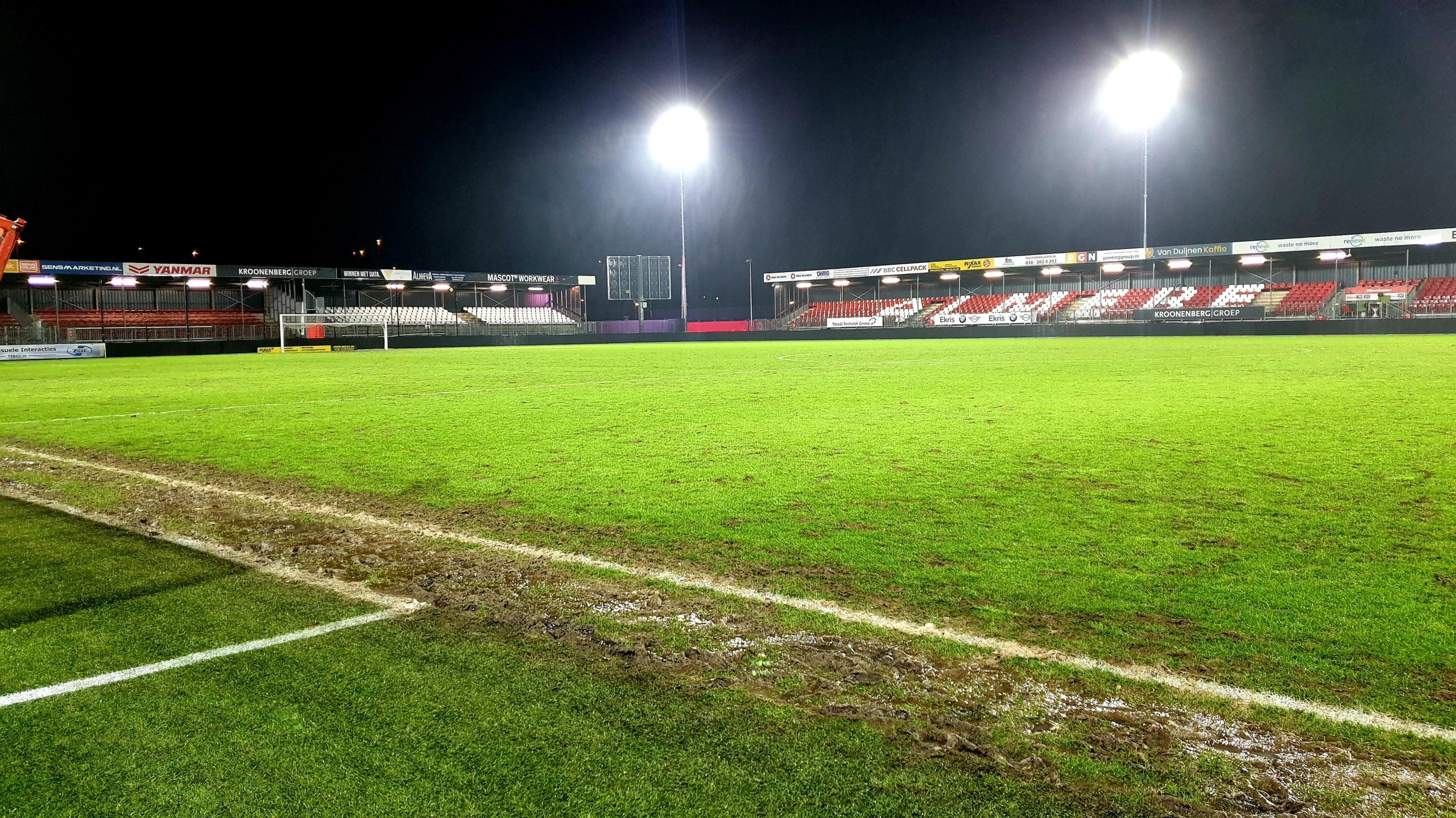 Grasveld in het stadion  gehavend na de wedstrijd tegen Cambuur & Helmond