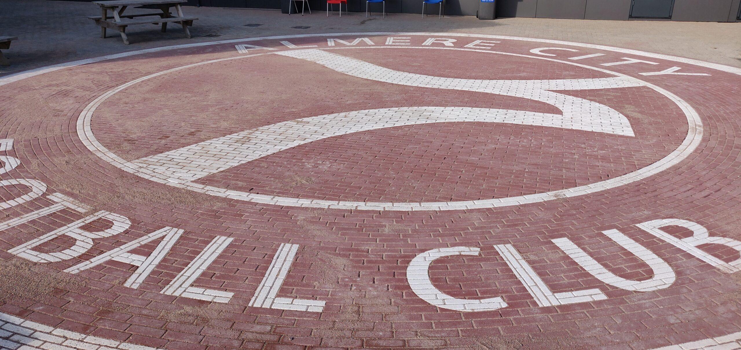 Groot Almere City logo op Stadion Plein