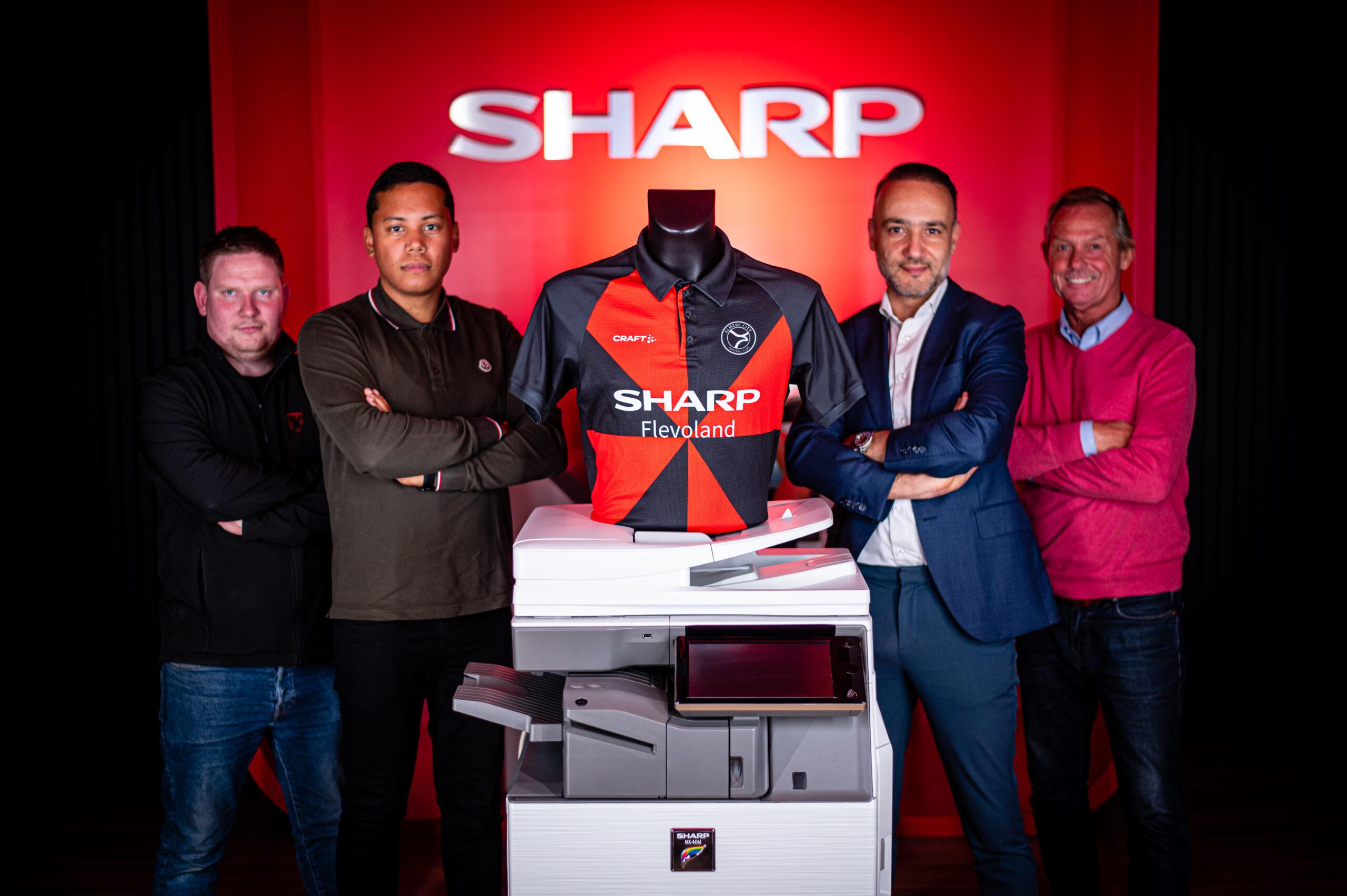 Supporters en SHARP Business Point Flevoland presenteren uniek bekershirt