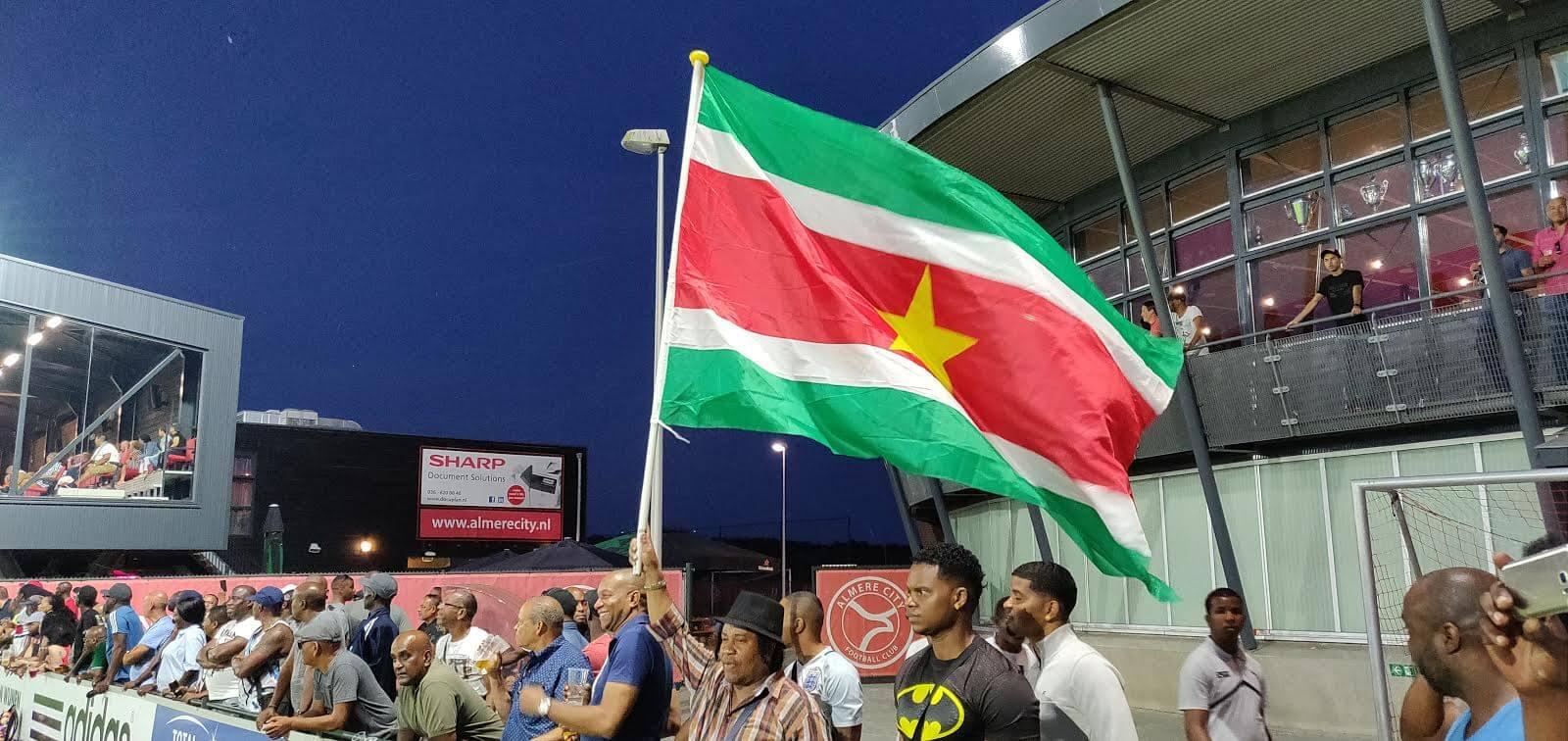 Almere City FC wint eerste wedstrijd op natuurgras
